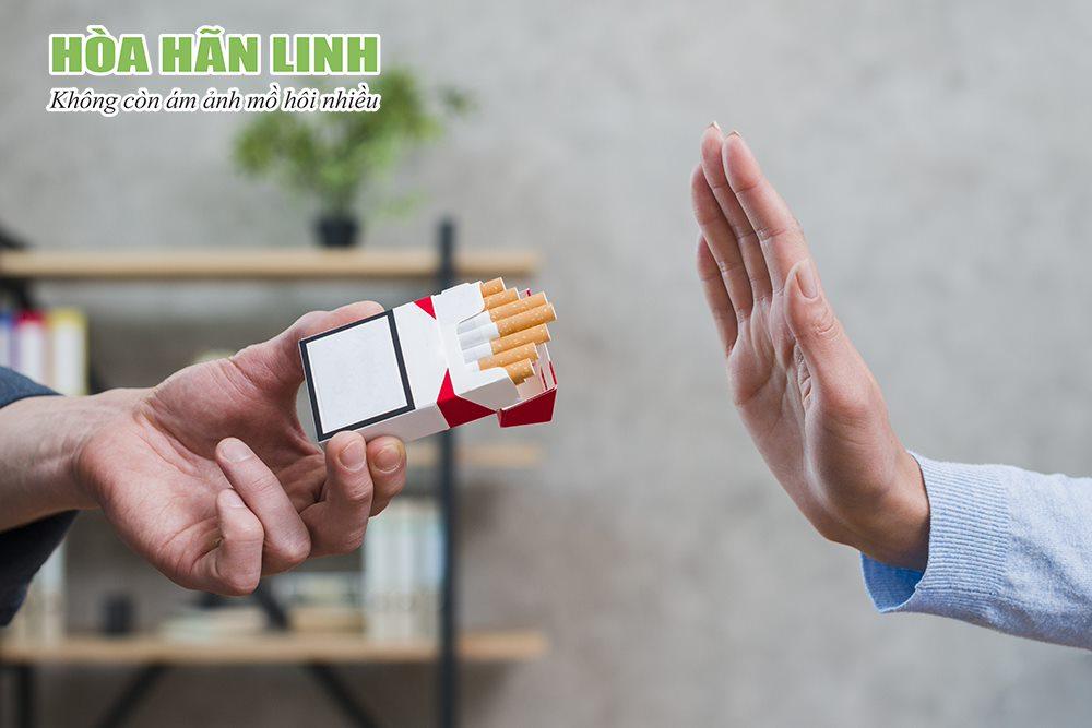 Người bị ra mồ hôi nhiều không nên hút thuốc lá